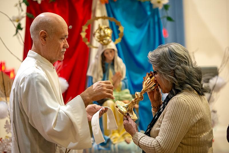 Celin Rodríguez recibe la Eucaristía en la Iglesia de los Santos Apóstoles en Rochester el 19 de noviembre del 2019 durante una Misa en honor de la patrona de Puerto Rico. Todas las Misas de la Diócesis de Rochester están suspendidas desde el 16 de marzo hasta nuevo aviso.