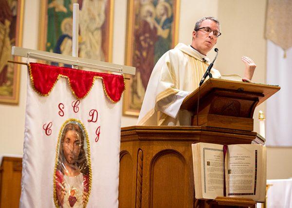 El Padre Mickey McGrath predica la homilía de la Misa.