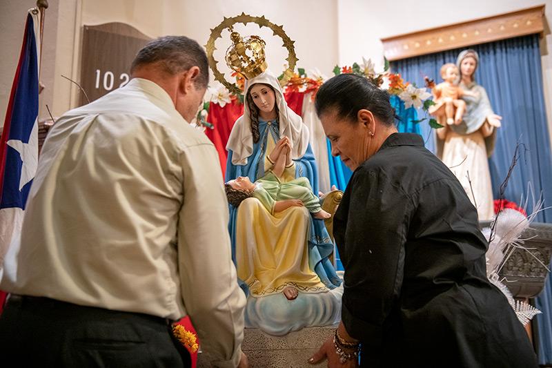 Manuel y María Rodríguez colocaron una estatua de Nuestra Señora de la Providencia en la Iglesia de los Santos Apóstoles de Rochester el 19 de noviembre durante una Misa para celebrar la patrona de Puerto Rico.
