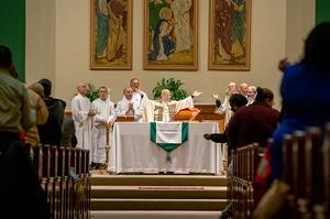 El Padre Anthony Mugavero celebra la liturgia de la Eucaristía.
