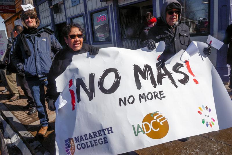 """Ida Pérez y Roberto Burgos sostienen un rótulo que dice """"No Más No More"""" durante una manifestación en la Avenida North Clinton en la ciudad de Rochester el 23 de marzo."""