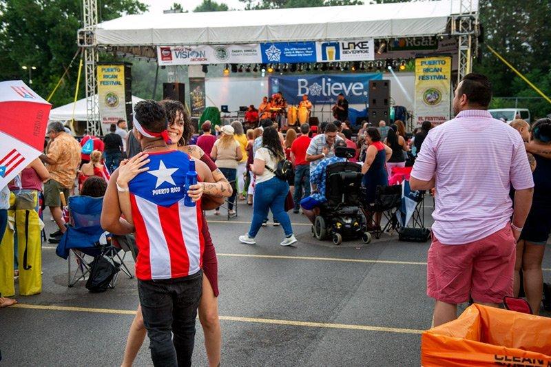 Asistentes al festival bailan con la música de Banda Light en el Festival Puertorriqueño 2019.