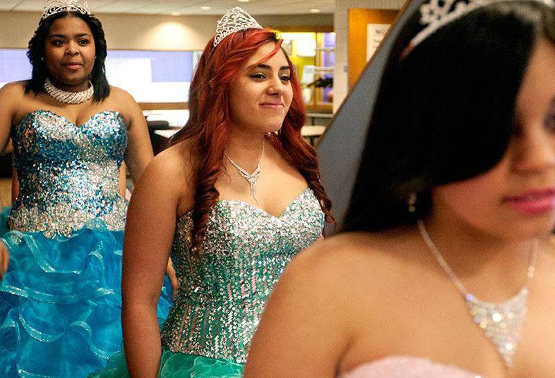 Odalys Barquin (centro), de 15 años de edad, espera con otras niñas antes de entrar en el auditorio para un desfile de modas quinceañeras al fin de ¡Soy Única! ¡Soy Latina!