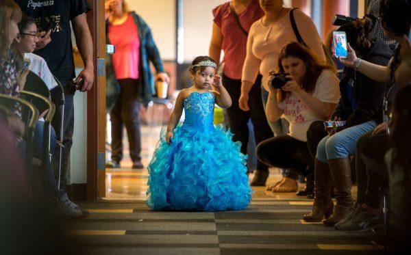 Cyn'laly Rochet de tres años de edad muestra su vestido de desfile durante el desfile de modas.