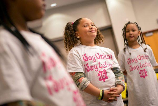 Nabile Bauza de ocho años de edad observa durante una demostración de baile.