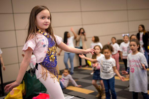 Alexandra Perea, de seis años de edad, demuestra un baile tradicional para los estudiantes de primer y segundo grado.