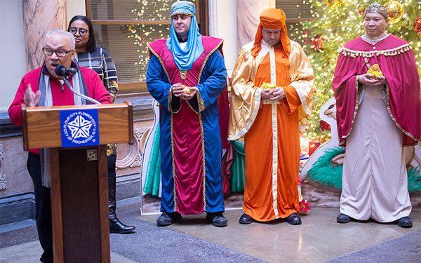Durante la celebración en el Ayuntamiento, Hector Arguinzoni explica la historia del Día de los Tres Reyes Magos y comó el día se celebra en Puerto Rico