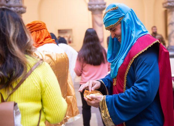 El Policía Giovanni Maldonado distribuye dulces como uno de los Reyes Magos.