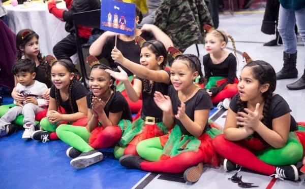 Niños dan la bienvenida a la llegada de los Tres Reyes Magos durante la celebración del Consejo de Educación Bilingüe.