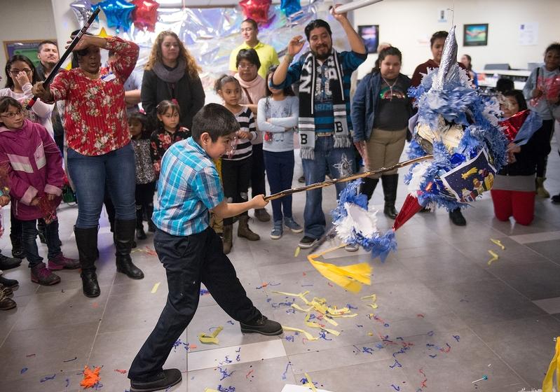 liseo Lagunas intenta romper una piñata durante la Fiesta de Navidad en la Escuela Secundaria de Brockport el 20 de enero.