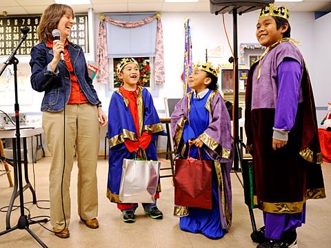 Karen Canning se rie al hablar con los tres reyes.