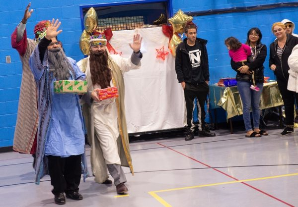 Los Tres Reyes Magos saludan mientras llegan al Centro de Recreación David. F. Gantt.