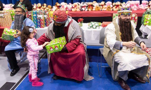 Los Reyes distribuyen regalos durante la celebración del Consejo de Educación Bilingüe.