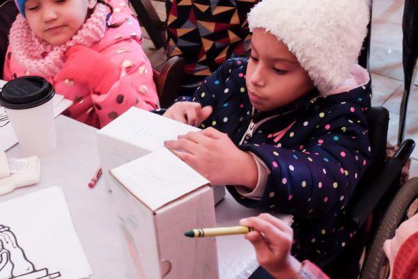 Al Roc Holiday Village el 28 diciembre, niños colorean unas cajas para dejar debajo de sus camas para que los Reyes Magos las llenen de golosinas.
