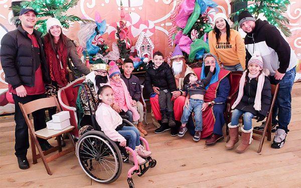 Los Magos posean para fotos con visitantes del Roc Holiday Village.