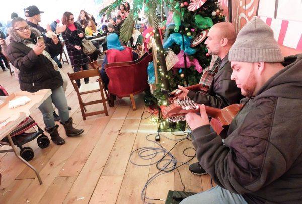 Músicos tocan durante la celebración de los Tres Reyes Magos al Roc Holiday Village el 28 de diciembre.