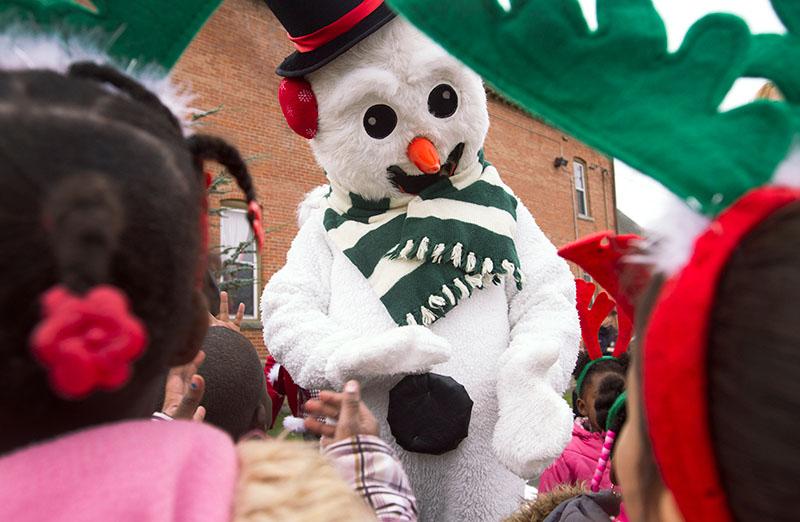 Frosty el Muñeco de Nieve saluda a niños de Generations Childcare.