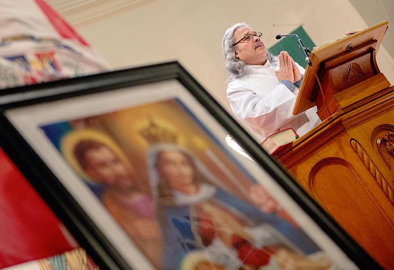 El Diácono Jorge Malavé reza durante la misa.