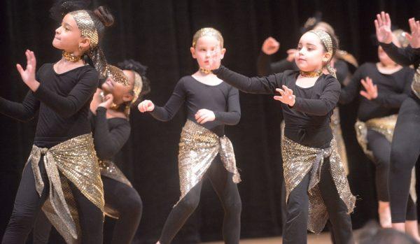 """Jóvenes bailan una danza llamada """"Fusión Afro/Latina""""."""