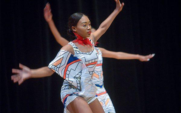 """Zanyla Penn baila una danza titulada """"Umoja"""" (unidad)."""
