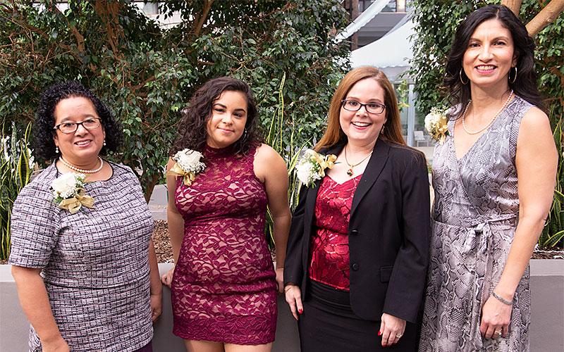 Las ganadoras de los premios reconocimento de Latinas Unidas — Lisa Martínez DeVinney (desde la izquierda), Ariely Cortés, Maritza C. Buitrago y Annette Jiménez — posan durante el 26o Almerzo Anual de Reconocimiento y Becas de Latinas Unidas el 18 de noviembre.