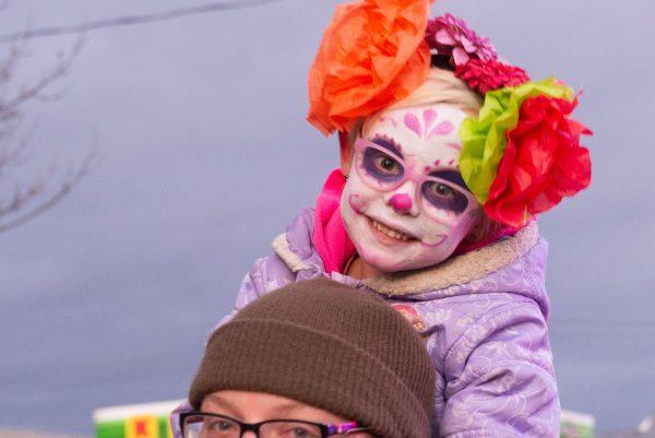 A una niña le pintan la cara.