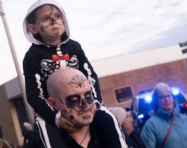 Las personas tienen sus caras pintadas durante la celebración.