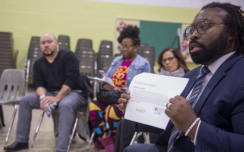 Lomax Campbell, director de riqueza comunitaria de la ciudad de Rochester, habla sobre La Marketa en la Plaza Internacional durante una reunión comunitaria el 24 de febrero.