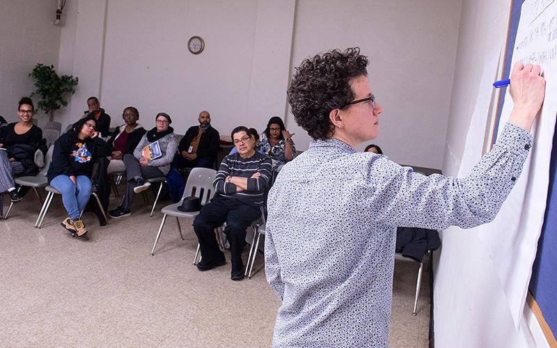 Durante una reunión comunitaria del 10 de febrero, Sara Scott, directora de recreación y servicios juveniles de la Ciudad de Rochester, lidera una discusión sobre el Parque Don Samuel Torres.