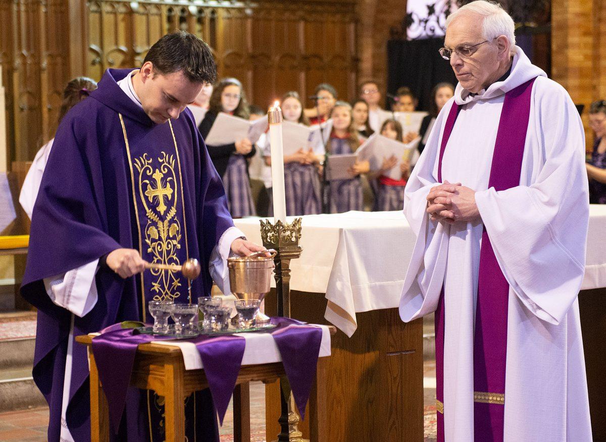El Padre Carlos Sánchez bendice las cenizas mientras el Padre Thomas Mull observa durante la Misa del Miércoles de Ceniza el 26 de febrero en la Iglesia de San Esteban en Ginebra.