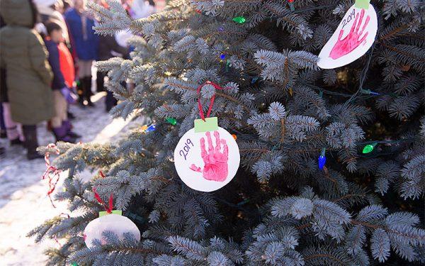 El árbol de Navidad está decorado con adornos.