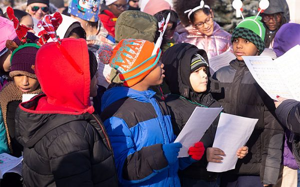 Estudiantes de la Escuela Núm. 9 cantan un villancico durante la ceremonia.