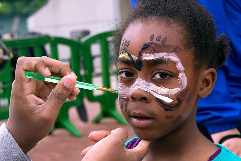 Le pintaron la cara a Malia Smith de seis años durante el Festival de Comidas de Verano en el Frontier Field de Rochester el 14 de mayo.