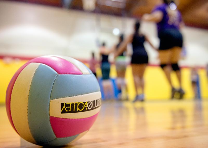 Unas muchachas practican el voleibol en el Centre de Recreo en la Calle Carter en Rochester.